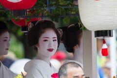 KYOTO - JULI 24: Den oidentifierade Maiko flickan (eller den Geiko damen) ståtar på av hanagasa i Gion Matsuri (festival) som rym royaltyfri bild