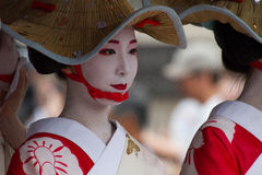 KYOTO - JULI 24: Den oidentifierade Maiko flickan (eller den Geiko damen) ståtar på av hanagasa i Gion Matsuri (festival) som in  royaltyfria bilder