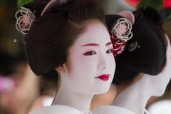 KYOTO - JULI 24: Den oidentifierade Maiko flickan (eller den Geiko damen) ståtar på av hanagasa i Gion Matsuri (festival) som in  Arkivfoton