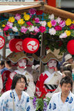KYOTO - JULI 24: Niet geïdentificeerd die Maiko-meisje (of Geiko-dame) op parade van hanagasa in Gion Matsuri (Festival) op 24 Ju Royalty-vrije Stock Foto