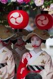KYOTO - JULI 24: Niet geïdentificeerd die Maiko-meisje (of Geiko-dame) op parade van hanagasa in Gion Matsuri (Festival) op 24 Ju Royalty-vrije Stock Foto's