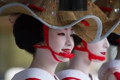 KYOTO, LIPIEC - 24: (festiwal) niezidentyfikowana Maiko dziewczyna lub Geiko dama na paradzie hanagasa w Gion Matsuri trzymający  zdjęcia stock