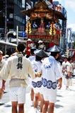 KYOTO, LIPIEC - 17: Uczestnicy Gion festiwalu pu (Gion Matsuri) Zdjęcie Stock
