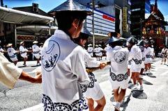 KYOTO, LIPIEC - 17: Uczestnicy Gion festiwalu pu (Gion Matsuri) Obrazy Royalty Free