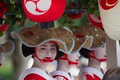 KYOTO - 24 LUGLIO: La ragazza non identificata di Maiko (o signora di Geiko) sulla parata del hanagasa in Gion Matsuri (festival) Fotografie Stock Libere da Diritti