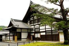 KYOTO - MAJ 29: byggnader av den Kinkakuji templet på Fotografering för Bildbyråer
