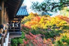 KYOTO - 28. November 2015: Touristen drängen sich, um Fotos auf einem hölzernen zu machen Stockbild