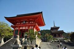 KYOTO OCT 21: Wejście Kyomizu świątynia przeciw niebieskiemu niebu na Oc Fotografia Royalty Free