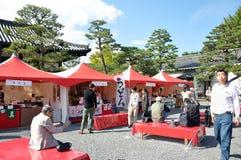 KYOTO OCT 22: Turystyczna wizyta przy Nijo kasztelem, sławny turysta przy obraz royalty free