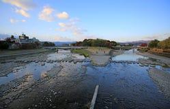 Kyoto przedmieścia Kamogawa rzeki widok fotografia stock