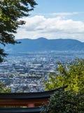 Kyoto som ses från den Fushimi Inari relikskrin Royaltyfri Foto