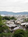 Kyoto-Stadt mit bewölkter Ansicht von Kiyomizu-Tempel Lizenzfreies Stockfoto