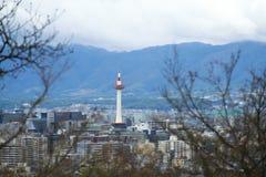 Kyoto-Stadt und -turm mit Herbstbäumen Lizenzfreies Stockbild
