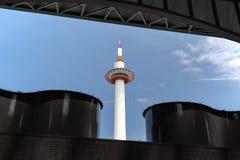 Kyoto-Turm Japan gesehen gestaltet durch die Architektur von Kyoto-Bahnhof stockfoto