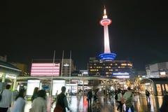 Kyoto-Turm vor Kyoto-Station, Kyoto, Japan stockbild