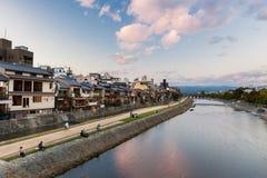 Kyoto - voetgangers bij de Kamo-rivier royalty-vrije stock fotografie