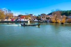 kyra在湖Pamvotida的Frosini Nissaki海岛的pictursque江边  免版税库存照片