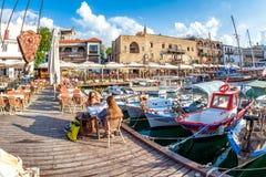 KYRENIA, КИПР - 11-ОЕ МАЯ 2018: Кафе на пристани Kyrenia старой стоковое фото rf