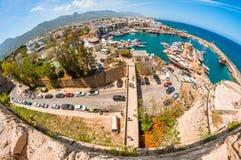 KYRENIA, CHIPRE - 21 DE FEVEREIRO: Vista do porto de Kyrenia do molde Foto de Stock Royalty Free