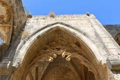 KYRENIA, CHIPRE - OCTUBRE, 14 2016: Arquee en la iglesia del monasterio en el Bellapais Abbey Monastery en Kyrenia Imágenes de archivo libres de regalías
