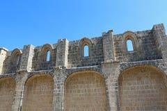 KYRENIA, CHIPRE - OCTUBRE, 14 2016: Pared de la fortaleza de la iglesia del monasterio en el Bellapais Abbey Monastery en Kyrenia Fotos de archivo libres de regalías