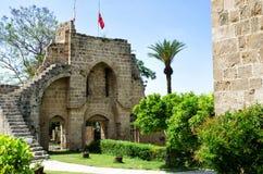 KYRENIA CYPERN - Maj 14, 2014: Fördärvar av abbotskloster av Bellapais i den nordliga Cypern Den Bellapais abbotskloster är fördä royaltyfri fotografi