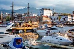 KYRENIA CYPERN - MAJ 05, 2017: Fartyg, yachter och segelbåtar Arkivbilder