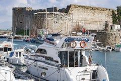 KYRENIA, CYPR - zima, 2019: Kyrenia kasztel Denny molo z łodziami, statkami i jachtami, Dziejowy i turystyczny miejsce zdjęcia royalty free