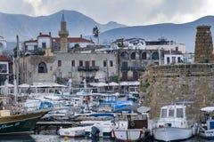 KYRENIA, CYPR - zima, 2019: Kyrenia nadbrzeże Denny molo z łodziami, statkami i jachtami, Dziejowy i turystyczny miejsce obrazy stock