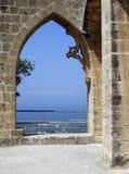 Kyrenia, de Bogen van de Abdij Cyprus - Bellapais Royalty-vrije Stock Fotografie