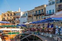 Kyrenia (Girne), CIPRO - 5 luglio: La gente che riposa ai caffè ed al Re fotografia stock libera da diritti