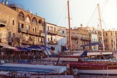 Kyrenia (Girne), CIPRO - 5 luglio: Porto affascinante riempito di y fotografia stock libera da diritti