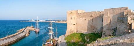 Kyrenia hamn och medeltida slott, Cypern Arkivfoto