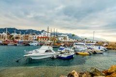 Kyrenia lub Girne dziejowy centrum miasta widok marina z wiele jachtami i łodzie z górami w tle, fotografia royalty free