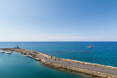 KYRENIA PÓŁNOCNY CYPR, MAJ, - 2016: Kamienny molo w morzu śródziemnomorskim Obraz Stock