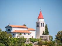 Kyrka överst av en kulle, Kroatien Arkivbilder