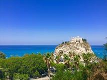Kyrka av ön av Tropea royaltyfri foto