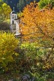 Kyrka av antagande- och höstträdet i stad av Shiroka Laka, Bulgarien royaltyfri bild