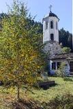 Kyrka av antagandet, floden och höstträdet i stad av Shiroka Laka, Bulgarien arkivfoton
