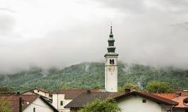 Kyrka av antagandet i Kobarid slovenia Arkivbild