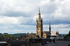 Kyrka av arlon över taken av den gamla staden mot ett molnigt Royaltyfria Foton