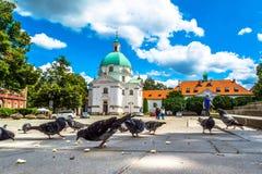 Kyrka av den heliga Casimiren i Warszawa Solig sommardag med en blå himmel Royaltyfria Foton