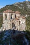 Kyrka av den heliga modern av guden i för fästning och Rhodopes för Asen ` s berget, Asenovgrad, Bulgarien Royaltyfria Foton