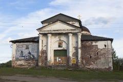 Kyrka av den Kazan symbolen av Theotokosen i staden Kirillov, Vologda region royaltyfria bilder