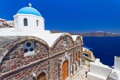 Kyrka av den Oia byn på den Santorini ön Royaltyfria Bilder