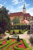 Kyrka av den Panna Maria Vitezna sikten från Vrtbovska Zahrada Royaltyfri Bild