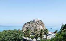 Kyrka av den Santa Maria dell'Isolaen, Tropea, Italien Arkivbild