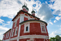 Kyrka av den Smolensk symbolen av modern av guden av det 18th århundradet i Uglich, Ryssland arkivfoto