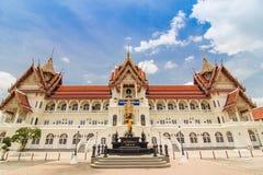 Kyrka av den thailändska templet med blå himmel Arkivfoto