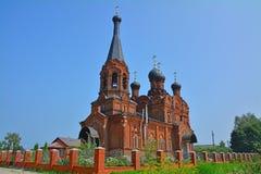Kyrka av den Tikhvin modern av guden i byn av Kozlovo Royaltyfri Foto